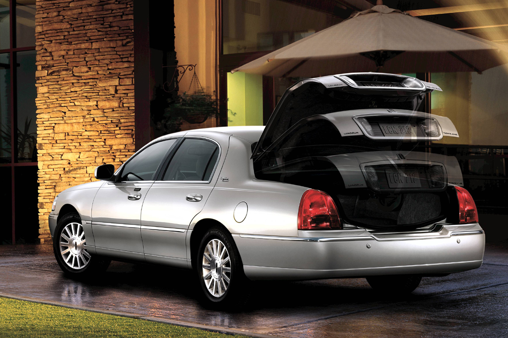 2003 11 lincoln town car consumer guide auto. Black Bedroom Furniture Sets. Home Design Ideas