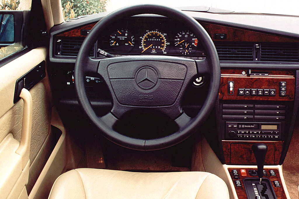 1990 93 mercedes benz 190 consumer guide auto for Interieur mercedes 190d